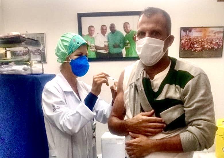 Trabalhadores da Transppass são vacinados contra a gripe na garagem