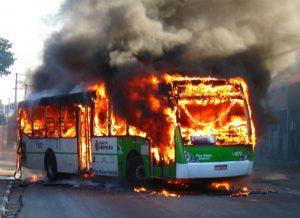 Mais de 4 mil ônibus foram incendiados nos últimos 30 anos