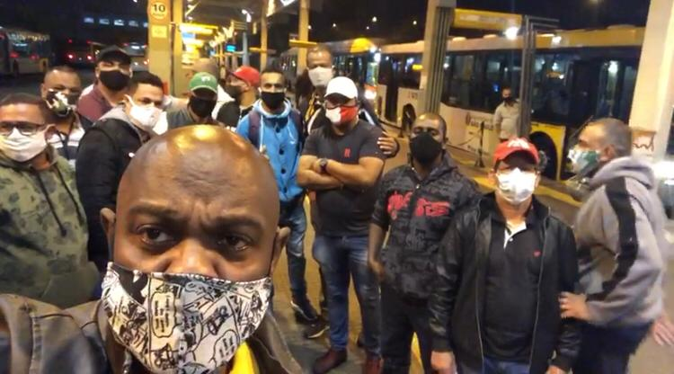 Condutores protestam no Terminal AE Carvalho contra abuso de poder de fiscal