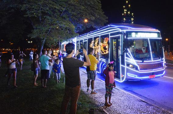 Motoristas se vestem de Papai Noel e levam o espírito de Natal para os paulistanos