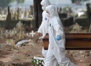 Média de mortes por covid-19 sobe por relaxamento. 'Brasil não terá estrutura para aguentar'