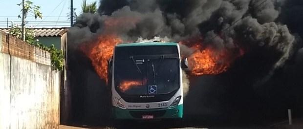 Seis ônibus são incendiados em Minas Gerais neste domingo