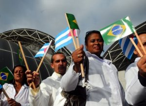 Governo Bolsonaro prepara a readmissão de médicos cubanos