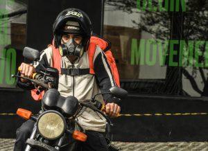 Sem proteção, motoboys enfrentam risco do coronavírus e filas em supermercados
