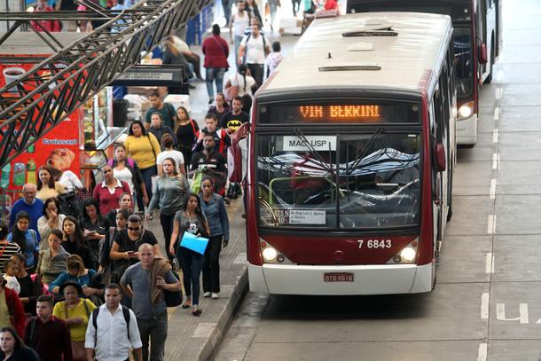 Ônibus de SP passam a ter adesivos para mulher descer fora do ponto